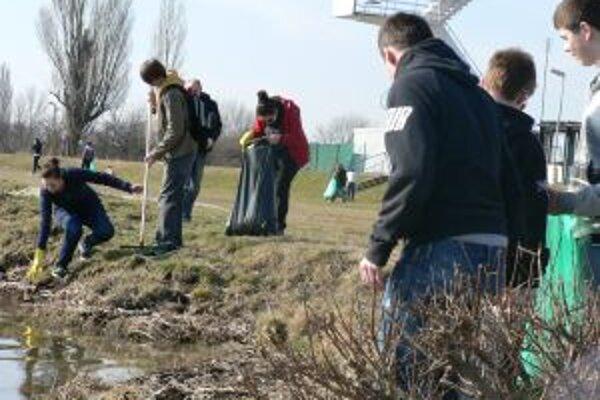 Dobrovoľníci čistili brehy Váhu.