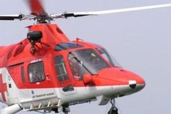 Mladého muža odviezli leteckí záchranári do bratislavskej nemocnice.