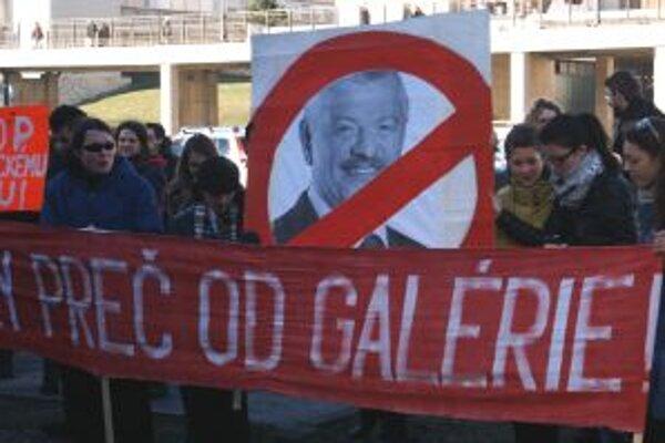 Protestu sa zúčastnili galeristi z viacerých miest Slovenska, zástupcovia výtvarnej obce i študenti trnavských vysokých škôl.