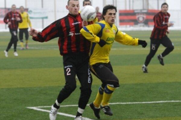 Spartak vyskúšal v prvom prípravnom zápase viacerých adeptov na červeno-čierny dres, na snímke obranca Jozef Kapláň, naposledy pôsobiaci v Liptovskom Mikuláši, v súboji o loptu s hráčom Zlína Janom Jelínkom.
