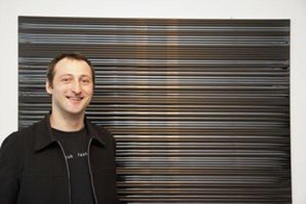 Ivan Dudáš pred jedným zo svojich obrazov na trnavskej výstave.