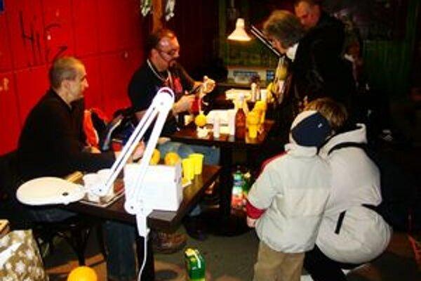 V trnavskom Artklube sa stretli 11-ti tatéri, aby svojimi potetovanými citrusmi podporili onkologicky choré deti.