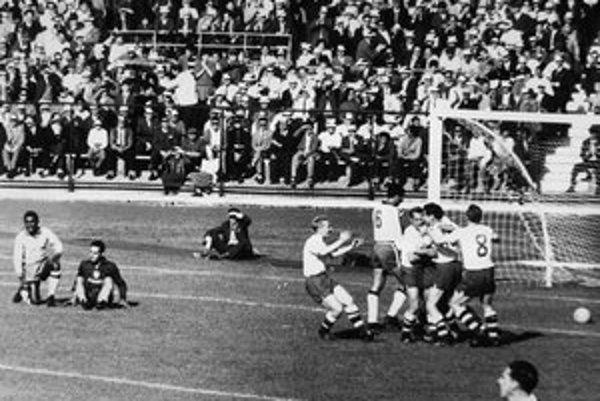 Československí futbali sa tešia z gólu vo finále MS 1962. V tejto chvíli vedú nad Brazíliou 1:0.