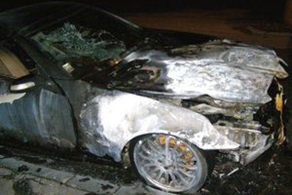 Páchateľ, ktorý auto úmyselne podpálil, je zatiaľ neznámy.