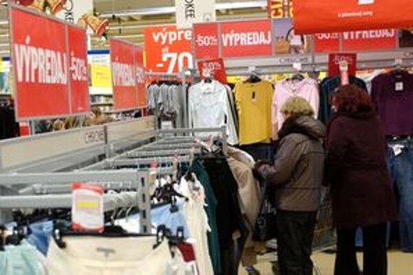Outlet ponúka posezónny tovar stiahnutý z predajní za znížené ceny.