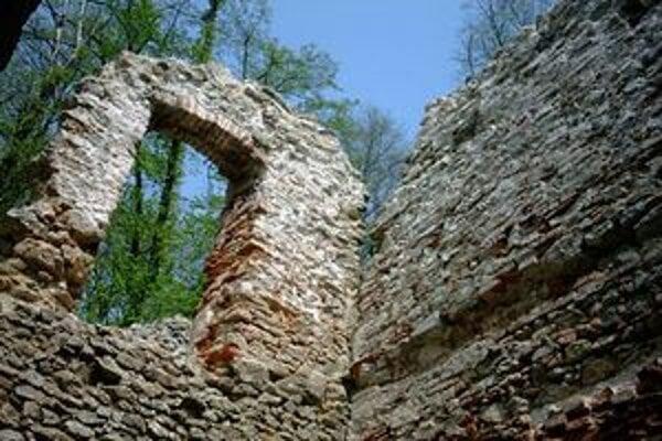 Na ruine kláštora sa nečakane zrútil múr vľavo.