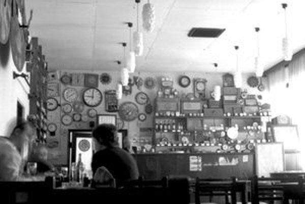 Pohostinstvo v Suchej nad Parnou s hodinovou zbierkou. V súčasnosti tam už nevisí.