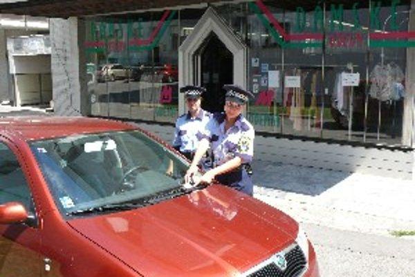 O nevhodnom parkovaní sa policajti dozvedajú aj prostredníctvom anonymných telefonátov.