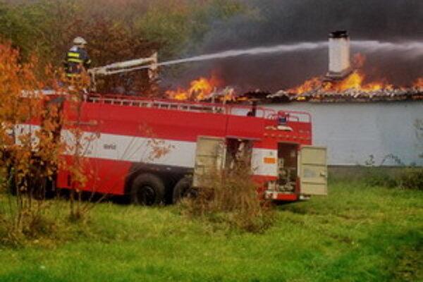 V Dolných Orešanoch naposledy zhorela strecha novostavby.