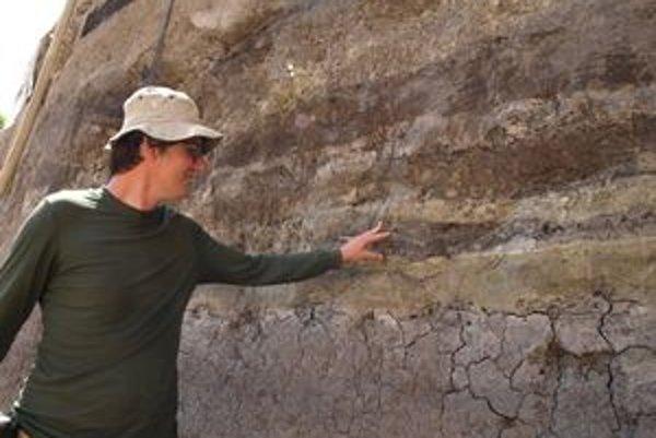 Archeológ Peter Nagy ukazuje historické vrstvy.