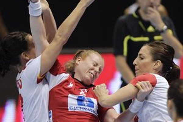 Dánka Karoline Breivangová (v strede) v semifinálovom zápase proti Španielkam.