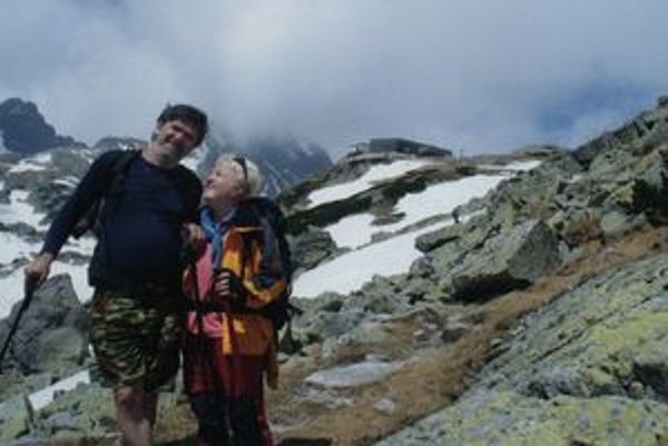 Pán František s manželkou vo Vysokých Tatrách.