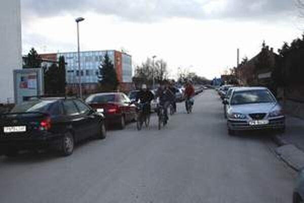 Medzi nesprávne zaparkovanými autami boli aj poslanecké.