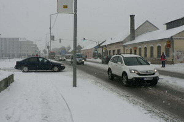 Na cestách sa momentálne nachádza súvislá vrstva snehu.