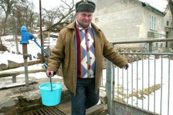 Často nekvalitnú vodu zo studne by mali nahradiť obecné vodovody