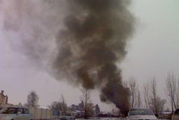 Zo Skladovej ulice v Trnave sa šíril čierny hustý dym z pneumatík.