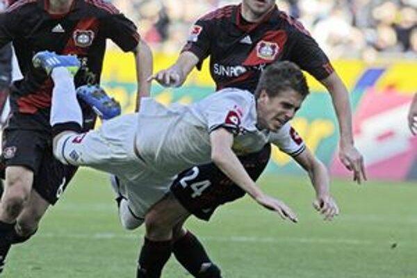 Filip Daems v drese Monchengladbachu (vpredu) a Michal Kadlec v drese Leverkusenu v zápase VfL Borussia Moenchengladbach - Bayer 04 Leverkusen.