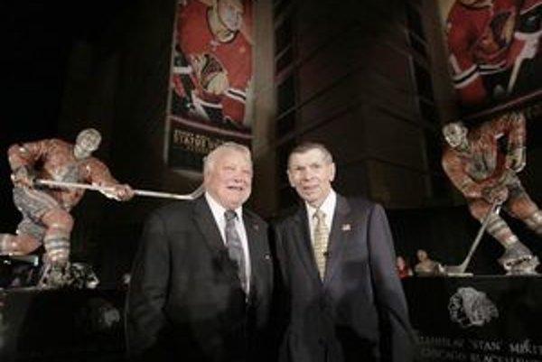 Bobby Hull (vľavo) a Stan Mikita pózujú pred svojimi sochami.