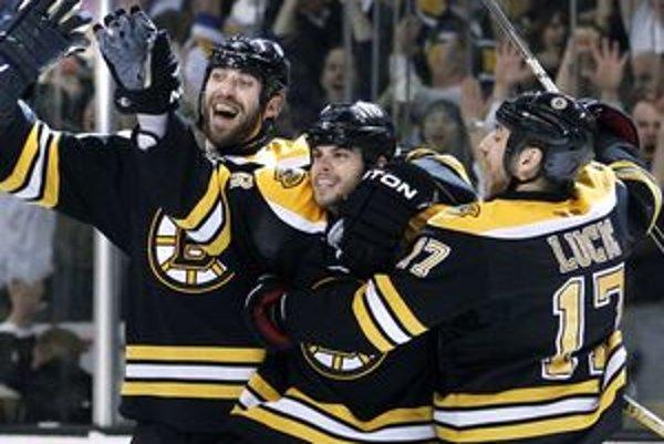 Zdeno Chára sa teší so spoluhráčmi z postupu do finále NHL.