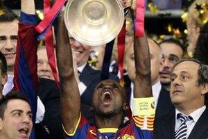 Eric Abidal dvíha trofej pre víťazov Ligy majstrov.