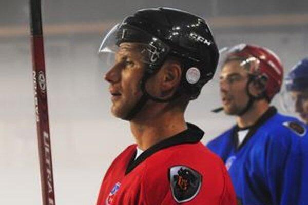 Pre 36-ročného Martina Štrbáka, ktorý odohral v reprezentácii Slovenska rekordných 162 zápasov, je HC Lev Poprad v kariére už osemnástym klubom. V minulej sezóne hral za Dinamo Moskva.