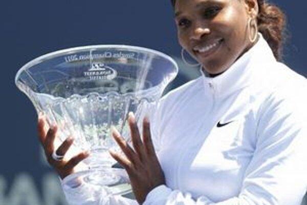 Serena Williamsová s turnajovou trofejou v Stanforde.