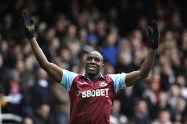 Demba Ba oslavuje svoj gól Liverpoolu.
