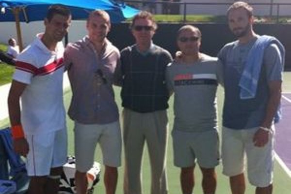 Novak Djokovič (prvý zľava) a jeho tréner Marián Vajda (štvrtý zľava) sa minulý mesiac stretli v Kalifornii s hokejistom Mariánom Gáboríkom (druhý zľava) z New York Rangers. Na snímke sú aj ďalší členovia Djokovičovho realizačného tímu.