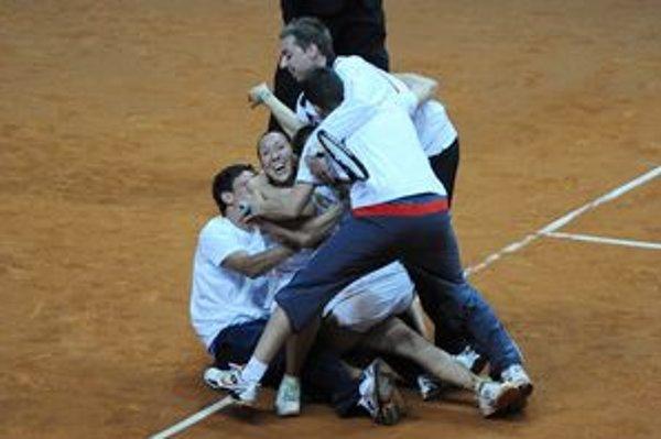 Radosť srbského tímu po postupe do elitnej skupiny Pohára federácie.