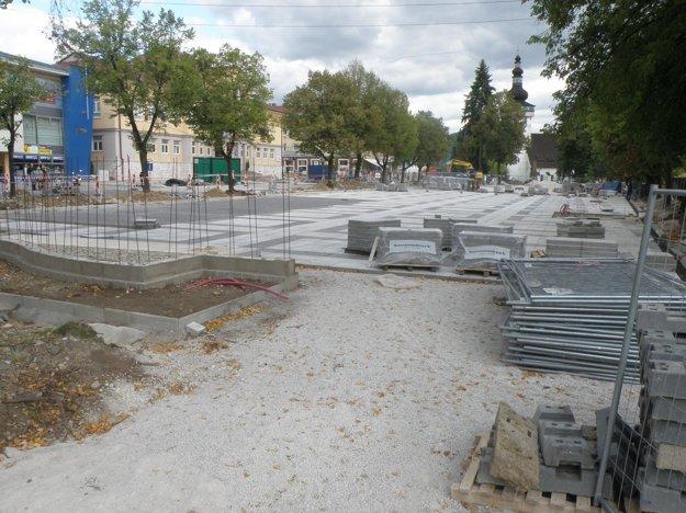Plocha námestia je už pokrytá novou dlažbou.
