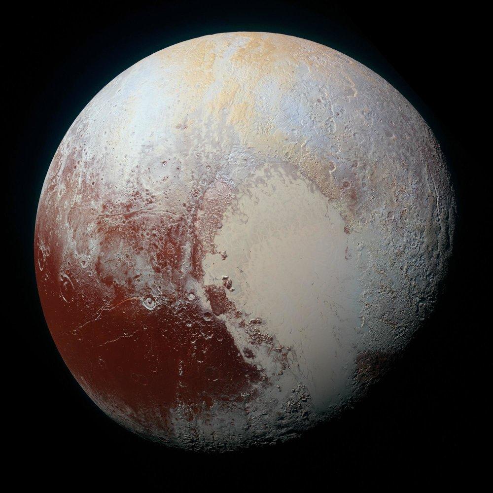 Farebnosť povrchu Pluta zachytáva kombinácia viacerých záberov - modré, červené a infračervené.