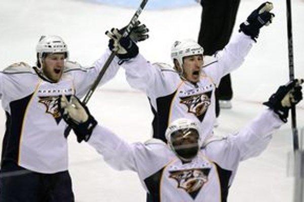 Hokejisti Nashvillu oslavujú gól do brány Vancouvru.