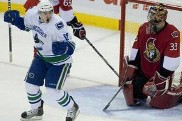 Mário Bližňák sa teší z prvého gólu v NHL.