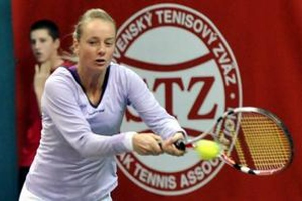 Slovenská tenistka Zuzana Kučová odvracia úder proti Češke Andrei Hlaváčkovej.