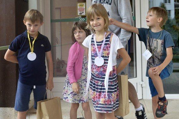 Štvorčatá Peter, Janka, Hanka a Ondrej Kyselicovci spoločne s otcom Milošom Kyselicom v prvý deň školy.