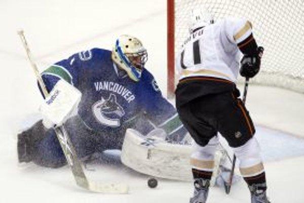 Útočník Anaheimu Ducks Saku Koivu pri pokuse, ktorý skončil na gólmanovi Vancouvru Canucks Robertovi Luongovi.