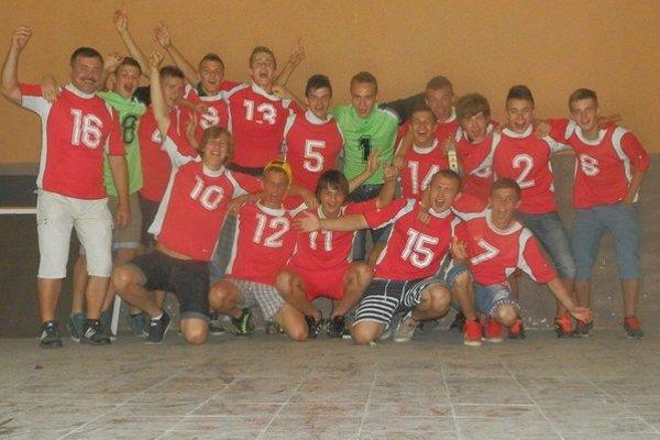 Dorastenci Dolnej Súče ukázali ostatným tímom, že na zápas sa oplatí cestovať aj s ôsmimi hráčmi.