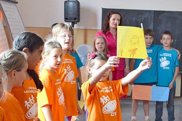 V anglickej časti predviedli deti rodičom zaujímavý program.