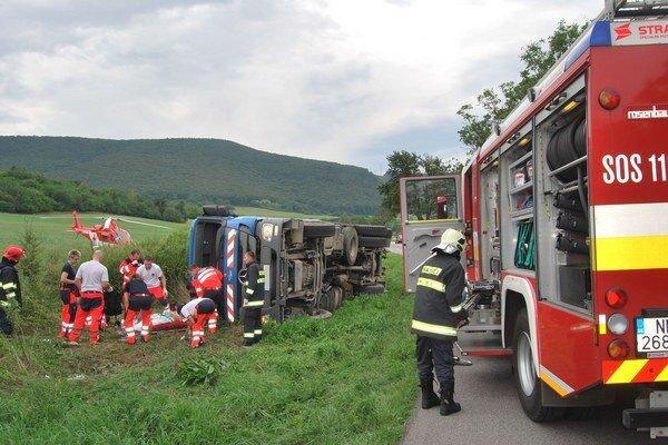 Posádka smetiarskeho auta skončila s ťažkými zraneniami