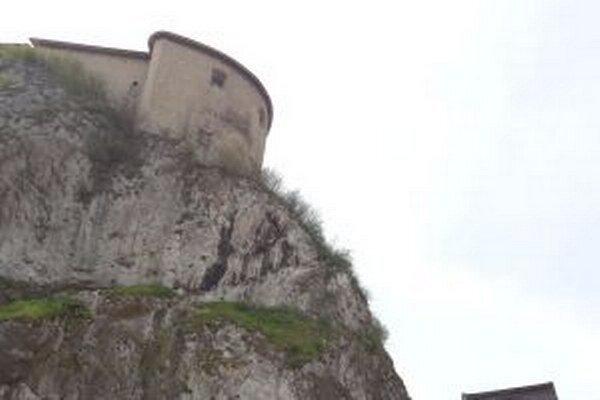 Hradné bralo je vápencová skala, ktorá časom zvetráva a uvoľňuje tak časti kameňa.