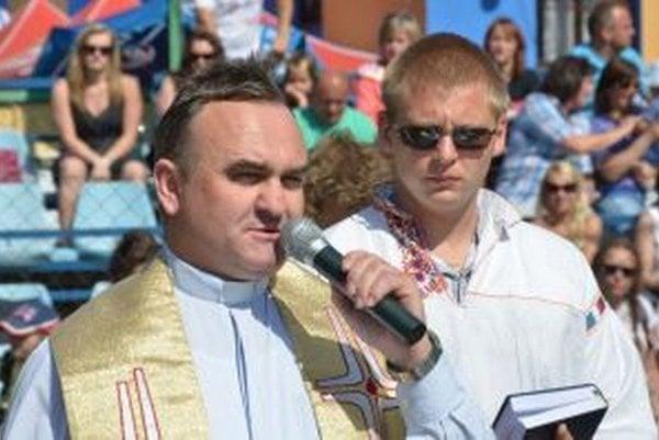 Obľúbený farár Miroslav Lysičan počas bohoslužby pred futbalovým zápasomv Dolnej Porube