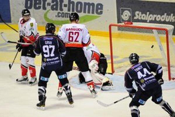 Šláger sa hral v Košiciach, kde hostili Banskú Bystricu. Takto skončil v sieti puk z hokejky domáceho Jána Tabačeka.