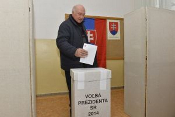 Volič vhadzuje hlasovací lístok do urny v prvom kole voľby prezidenta Slovenskej republiky na sídlisku Sihoť v Trenčíne