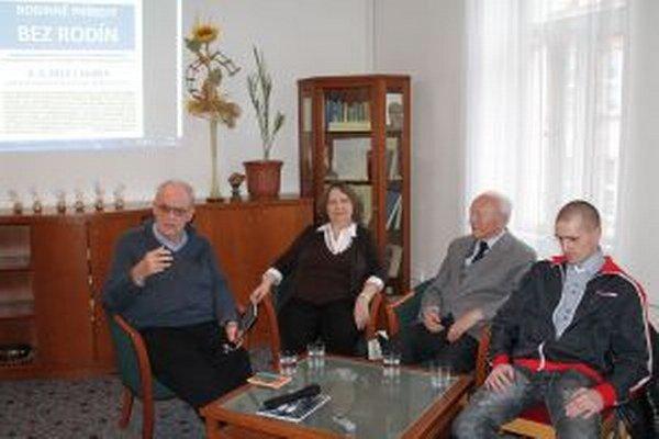 Branislav Ladický, bývalý odchovanec Detského mestečka (vpravo) so svojimi hosťami.