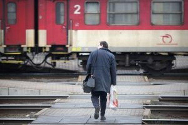 Kombinácia dopravy vlakom a autobusom je niekedy problém.