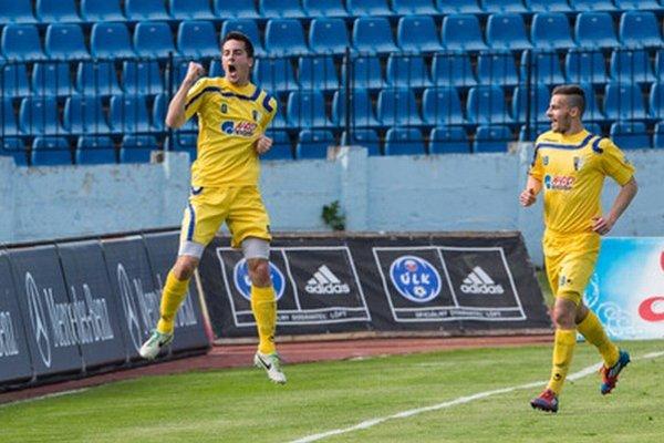Štefan Pekár (vľavo) strelil jediný gól v zápase so Slovanom.