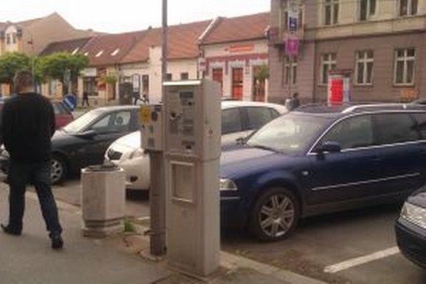 Parkovanie je vo väčšine miest spoplatnené.
