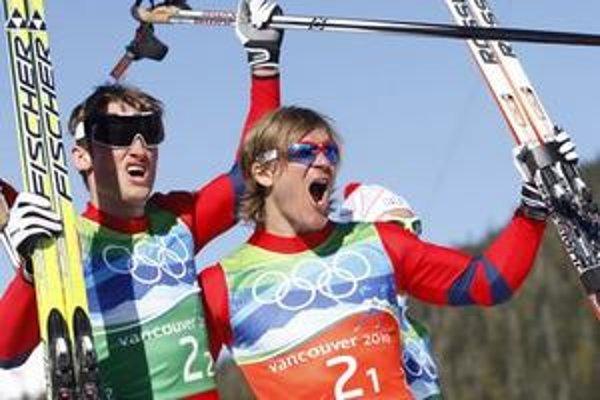 Nóri Öystein Pettersen (vpravo) a Petter Northug oslavujú víťazstvo v šprinte dvojíc mužov v behu na lyžiach voľnou technikou.