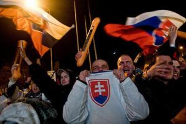 Fanúšikovia v Bratislave sledovali hokej spoločne na námestí v centre mesta.
