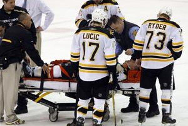 Uplynulý víkend zostal po hrubom zákroku ležať na ľade Marc Savard z Bostonu.